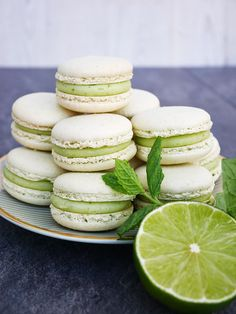 Macarons med smak av lime och mynta, som drinken mojito i en sötsyrlig tugga! Raw Dessert Recipes, Raw Desserts, My Dessert, Delicious Desserts, Spring Cake, Macaron Recipe, Holiday Recipes, Food And Drink, Snacks