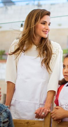 Queen Rania cooks lunch and joins a group of children from King Hussein Charity Society for Orphans for the meal at Beit Sitti restaurant. Amman, Jordan / 30 August 2015