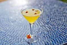 This cocktail has wonderful herbal and floral notes and a heady aroma and exotic taste that takes you on a wonderful journey to a far-flung locale. Fun Drinks, Yummy Drinks, Beverages, Bartender Drinks, Cocktails, Martinis, Shopping World, Wine And Spirits, Marigold