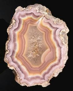 Inspiration for Agatte. Agate is a rock with alternating minerals. It comes in many colors. Minerals And Gemstones, Rocks And Minerals, Resin Crafts, Resin Art, Agate Geode, Beautiful Rocks, Mineral Stone, Rocks And Gems, Stones And Crystals