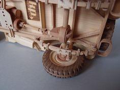 Modelo de madera del famoso jeep Willys MB en 1/12 El modelo está hecho de madera, original construido hasta el último detalle Está equipado con algunas características que todo lo de madera por ejemplo, funcional, giratorio y la dirección de las ruedas! Las dimensiones son aprox.