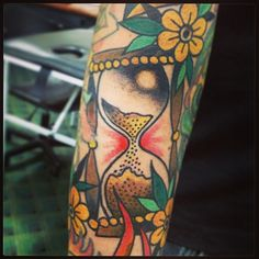 El tiempo pasa... Reloj de Fefe #time #timegoeson #sandglass #hourglass #relojdearena #tattoo #tatuaje #traditionaltattoo #oldschooltattoo #clasictattoo #best_traditional_tattoo #gonzaloalbornoz #delavidatatto #dlv