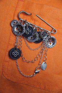 """Buttons up!"" Hand-made kilt pin brooch. Metal and plastic buttons, chain, clasps.  Брошь-булавка ""Пуговка"". Пуговицы (металл и пластмасса), цепь. Ручная работа."