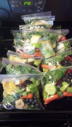 Make-ahead green smoothie kits Smoothie Freezer Kits // prep a bunch to freeze, super fast and easy for busy mornings Fruit Smoothies, Healthy Green Smoothies, Green Smoothie Recipes, Healthy Juices, Healthy Drinks, Healthy Snacks, Healthy Recipes, Recipes To Freeze, Smoothies Verts