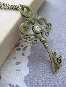 Vintage Skeleton Key Pendant Necklace, so beautiful! Antique Keys, Vintage Keys, Or Antique, Under Lock And Key, Key Lock, Key Jewelry, Jewelry Making, Jewellery, Key Pendant