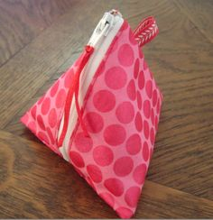 version en simili … tuto pouch berlingot with pretty finishes (wallet? Pop Couture, Couture Sewing, Sewing Tutorials, Sewing Crafts, Sewing Projects, Sewing Hacks, Triangle Bag, Craft Bags, Fabric Bags