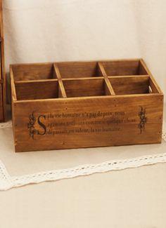"""""""La vie"""" oppbevaring Rektangulær oppbevaringsboks i vintagelook. Boksen er delt i seks avdelinger, og er laget i tre. Den har påtrykt fransk skrift. Fin til å oppbevare små ting som smykker og lignende. Kr 149,-"""