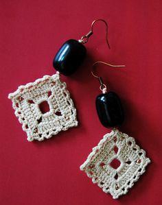 Cercei croşetaţi din fir de bumbac subţire, decoraţi cu mărgele.  Dimensiuni: lungime 6 cm  Preţ: 30 lei  Status: disponibili