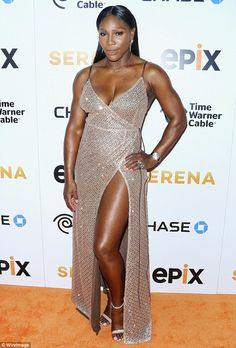 Serena Williams reached for the gold at the premiere of her Epix original documentary Serena in a stunning gilded wrap number with a deep-V neckline and a racy thigh-high slit. Serena Williams Photos, Serena Williams Tennis, Venus And Serena Williams, Modelos Fitness, West Palm Beach, Celebrity Look, Beautiful Black Women, Sensual, Divas