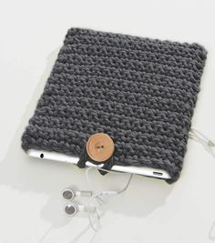 a case for your tablet with this FREE Crochet iCover pattern from Crochet Tablet Cover, Crochet Case, Crochet Phone Cases, Crochet Books, Diy Crochet, Crochet Crafts, Crochet Projects, Crochet Laptop Sleeve, Crochet Laptop Case