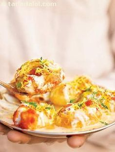 Dahi batata puri, an arrangement of tiny, crisp puris amidst a mélange of potatoes, ragda, and a topping of miscellaneous chutneys and beaten curds! a cool treat that you might prefer over regular bhel or fiery pani puri on a hot summer's day!