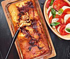 Klassisk lasagne är väl en rätt man aldrig tröttnar på? Med det här receptet blir din lasagne perfekt med en mjuk och härlig konsistens och dessutom har den en ljuv och exemplarisk smak. Parmesanosten i såsen är pricken över i!