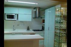Cozinha e cristaleira no apartamento