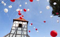Kirche mit Luftballons