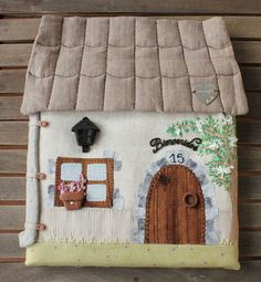 Ideas Patchwork Patrones Costurero For 2020 Felt Crafts, Diy And Crafts, Sewing Crafts, Sewing Projects, Felt House, Felt Decorations, Hand Applique, Fabric Houses, Patch Quilt
