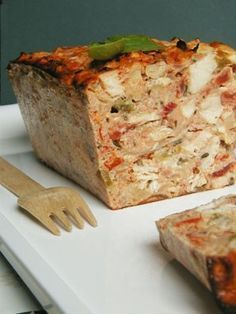 Basque Chicken terrine chicken cutlets 800 g ripe tomatoes 1 red pepper 1 green pepper 2 cloves garlic 1 onion 1 c. chopped basil (or other herb) 1 c. tablespoon thyme 6 eggs grated parmesan 10 g of butter 3 c. tablespoons olive oil Salt and pepper Chicken Terrine, Good Food, Yummy Food, Best Appetizers, Chicken Recipes, Food And Drink, Cooking Recipes, Favorite Recipes, Stuffed Peppers