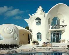 The Conch Shell house in Isla Mujeres from Arquitectura Organica Beautiful Homes, Beautiful Places, Crazy Houses, Weird Houses, Shell House, Unusual Buildings, Interesting Buildings, Unusual Homes, Amazing Architecture