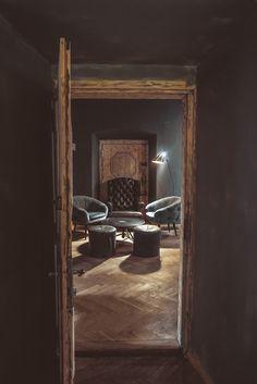 """""""Cocktail club Sababa, który pełną parą ruszył w sierpniu tego roku, nie jest jednak jednym z wielu tak modnych ostatnio konceptów ekskluzywnych, ukrytych miejsc dostępnych tylko dla tych, którzy znają adres, hasło lub tajemne przejście. Sababa, czyli po hebrajsku coś wesołego, wspaniałego, pozytywnego, ma być miejscem bez zadęcia z dostępnym dla wszystkich wyjątkowym klimatem i niepowtarzalnymi, smacznymi koktajlami."""""""