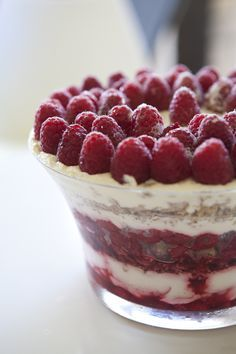 Ridiculously Easy Christmas Recipe: Raspberry, cream and macaroon dessert, maybe add some cream cheese to some of the cream for another layer Christmas Desserts, Easy Desserts, Delicious Desserts, Dessert Recipes, Yummy Food, Christmas Foods, Christmas Cakes, Dessert Food, Christmas Trifle