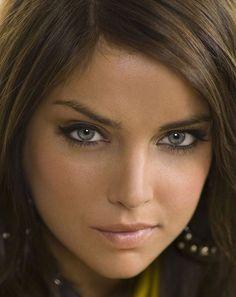 Brunette blue eyes mindful pink lips make up Beautiful Figure, Most Beautiful Faces, Stunning Eyes, Beautiful Girl Image, Gorgeous Women, Beautiful People, Brunette Blue Eyes, Exotic Women, Girl Smoking