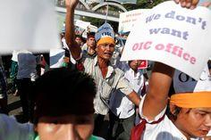 Cientos de personas protestan la visita de la Organización de Cooperación Islámica a Birmania. Los manifestantes, en su mayoría budistas, consideran que no necesitan intervención externa para resolver los conflictos de la minoría musulmana Rohingya.