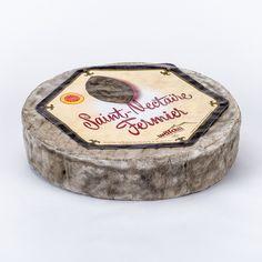 Saint-Nectaire - Es un queso de leche de vaca procedente de la raza Salers, de pasta prensada cruda, de un peso aproximado de 1,7 kg. en forma de disco plano. Su corteza (costra) natural está salpicada de manchas blancas, amarillas o rojas según sea su estado de madurez.