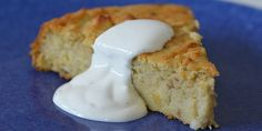 Lækker æblekage med revet æble i dejen, som sikrer en herlig svampet kage.
