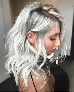 ▷ 1001 + ideas for silver blonde hair color that insp .- ▷ 1001 + Ideen für Silberblond als Haarfarbe, die Ihnen inspirieren Hair color silver gray in a casual hairstyle a girl with a black dress - Blonde Bayalage, Balayage Hair, Ombre Hair, Haircolor, Silver Blonde Hair, Platinum Blonde Hair, White Blonde, Blonde Hair Going Grey, Silver Hair Colors