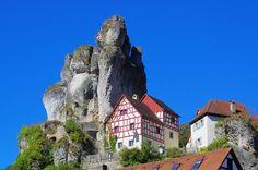 fränkische schweiz   Fränkische Schweiz: Blick auf ein typisches Felsendrof im ...