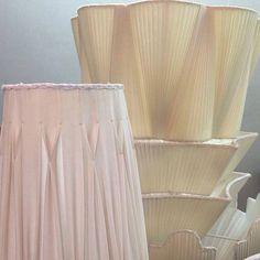 I plisset sono le lavorazioni piu' complesse: richiedono un telaio dalla sagoma perfetta pronta a sostenere il tessuto leggero, precisione e pazienza nel maneggiare il sottile tessuto esterno, e una fodera interna ben fatta e aderente al punto giusto. Un lavoro intenso per uno stile unico ed elegante, che crea suggestivi giochi di luce quando il paralume è acceso.  #illuminazione #paralume #lighting #lampshades #luxurylighting #bespokelighting #classicinteriors #luxuryinteriors…
