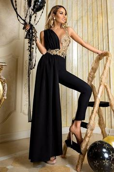 Bridal Jumpsuits are for the fashion forward bride, their unique styling gives them an 'edgy' but contemporary look that we simply can't ignore! Elegant Outfit, Classy Dress, Elegant Dresses, Pretty Dresses, Formal Dresses, Gala Dresses, Evening Dresses, Elegante Jumpsuits, Bridal Jumpsuit
