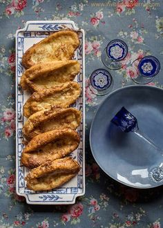 Typical dessert from Spain, of soaked bread slices fried in olive oil, eaten in Easter Spanish Cuisine, Spanish Food, Desserts From Spain, Unique Desserts, No Bake Desserts, Yummy Cakes, Frittata, Baking Recipes, Toast