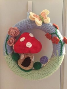 Crochet wreath with a toadstool house - inspiration Crochet Fall, Irish Crochet, Knit Crochet, Crochet House, Crochet Garland, Crochet Home Decor, Square Patterns, Shell Crafts, Crochet Blanket Patterns