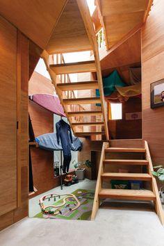 陽だまりの階段で2つの木の小屋を行き来する愉快な家 | スミカマガジン | SuMiKa Sumika, Bunk Beds, Warehouse, Loft, Furniture, Home Decor, Decoration Home, Loft Beds, Room Decor