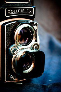 Noël 2011, un cadeau d'exception. ette année-là ma femme m'a offert une légende, unRolleiflex automat4B! De tous mes appareils, que ce soientles Nikonou les Canon numériques, c'est le plus éto…