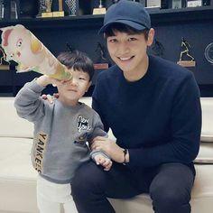 13 Times Choi Minho Killed us with his adorable moments with Kids Jonghyun, Shinee Minho, Lee Taemin, K Pop, Lee Dong Gook, Superman Kids, Shinee Members, Choi Min Ho, Kim Kibum