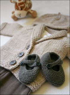 Baby shoes That does it: my baby girl will have one gray knitted outfit. She will need a break from all the lace and frills of all her other knitted outfits! Baby Knitting Patterns, Knitting For Kids, Baby Patterns, Free Knitting, Knitting Projects, Crochet Projects, Crochet Patterns, Knit Or Crochet, Crochet Jumper