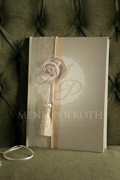 Βιβλίο ευχών για γάμο σε μεταλιζέ βάση ιβουάρ διακοσμημένο με δαντέλα, σατέν λουλούδι κορδέλα και υπέροχη φούντα