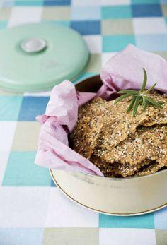 Det smarriga fröknäcket kan toppas med mer flingsalt och finhackad rosmarin för extra smak.