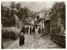 Γειτονιά στην ΄Ανω Πόλη της Θεσσαλονίκης. Άννα Αγγελοπούλου: Παλιές Φωτογραφίες από τη Θεσσαλονίκη στις αρχές του 20ού αιώνα: οι γυναίκες της Θεσσαλονίκης
