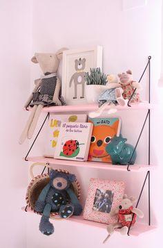 La estantería rosa estilo años 50 colocada en su cuarto - Deco & Living