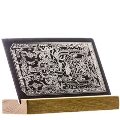 K'inich Janaab' Pakal est le plus célèbre souverain de la cité-État maya de Palenque. L'équipe Shop Artefact vous propose une très belle gravure, fidèle au Bas-relief de la dalle scellant le sarcophage de K'inich Janaab' Pakal, ciselée finement sur une plaque d'inox. Elle est livrée sur son présentoir en chêne clair verni.