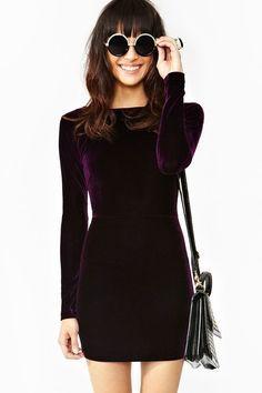 Dile que sí a texturas como terciopelo. Es cálido, cómodo y se puede ver súper elegante.   16 Consejos de moda para usar tus vestidos cuando hace frío