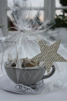 Give a small gift in a teacup. Shabby Chic Christmas, Handmade Christmas Gifts, Christmas Mood, Paper Hat Diy, Craft Gifts, Diy Gifts, First Birthday Party Themes, Diy Presents, Diy Party