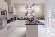 Colori forti e pattern geometrici per il rivestimento adatto anche come pavimento