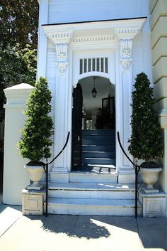 The Charleston side porch. I love these old houses, and their fantastic porches Charleston Style, Charleston Homes, Southern Homes, Southern Style, Southern Charm, Interior Exterior, Home Interior, Low Country, Doorway