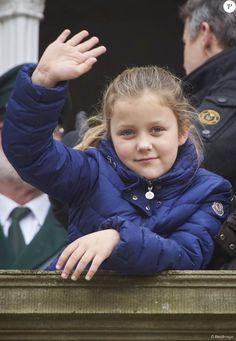La princesse Isabella, pour la photo ! Le prince Frederik et la princesse Mary de Danemark assistaient avec leurs enfants Christian, Isabella, Vincent et Josephine à l'Hubertus Jagt (Chasse Hubertus) le 1er novembre 2015 au palais de l'Eremitage, à Klampenborg.