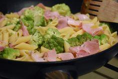 Profumo di broccoli: Pasta con cavolo romanesco e prosciutto arrosto