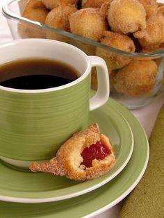 Tempo: 40minRendimento: 40Dificuldade: fácil Ingredientes: 3/4 de xícara (chá) de açúcar 2 colheres (sopa) de margarina 2 ovos 1 colher (chá) de fermento em pó 2 e 1/2 xícaras (chá) de farinha de trigo 1 colher (chá) de canela em pó 1 pitada de sal 1 xícara (chá) de leite 200g de goiabada em cubos […]