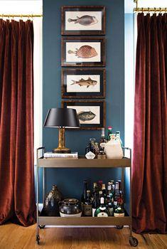«Мужские» цвета это отнюдь не только черный или серый. Это могут быть и синий, и бордовый, а также горчичный или оранжевый в деталях — как в этой квартире в США. Главное — грамотное окружение. Насыщенным стенам здесь «вторят» текстиль, многочисленные мелкие предметы и картины. Яркую гамму отлично разбавляет теплый коричневый и активный белый. Интерьер получился …